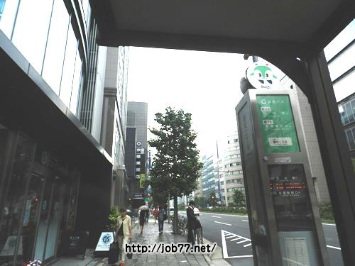 途中、バス駅(麹町二丁目)が見えます