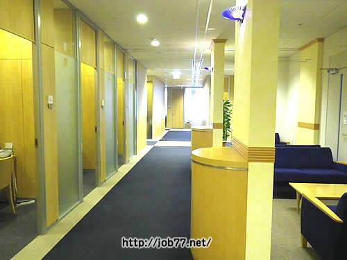 クリーデンス社内の廊下